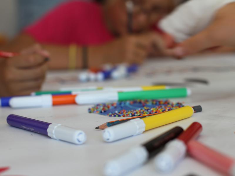 Enfants faisant des coloriages