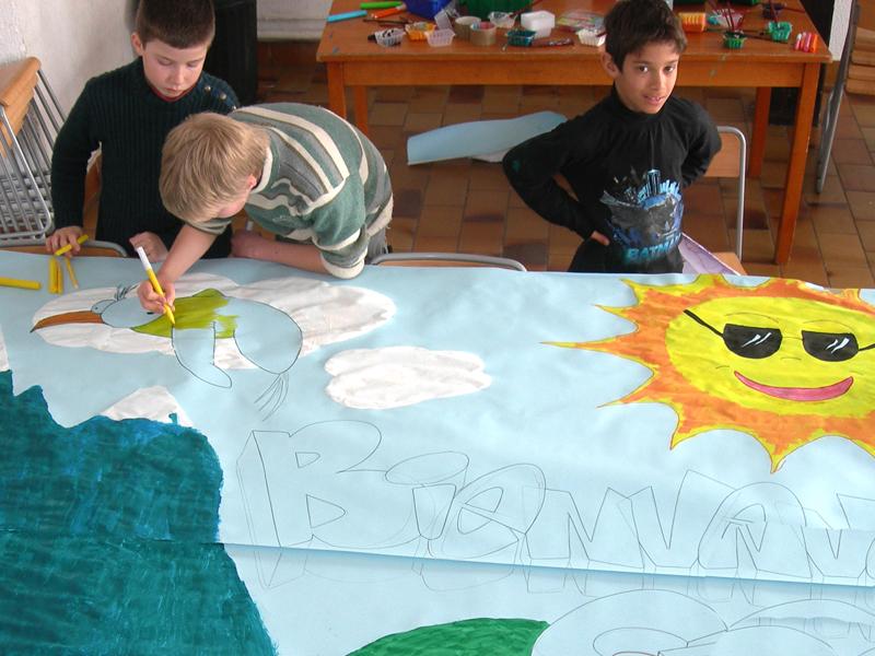 Enfants peignant une fresque