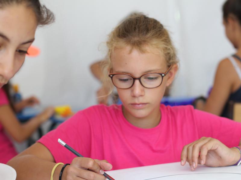 Enfant en train de dessiner