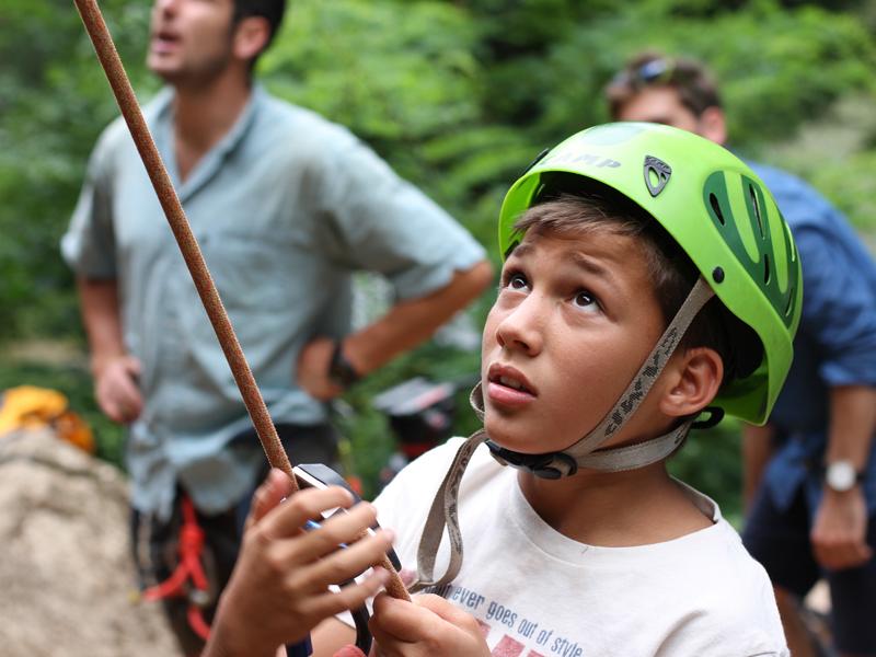 Enfant en séance d'escalade