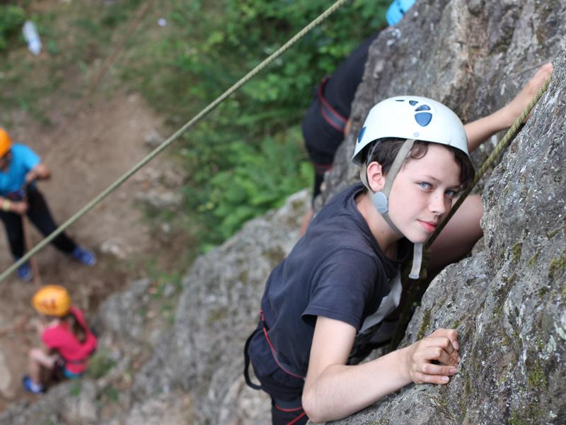 Enfant escaladant une paroi rocheuse