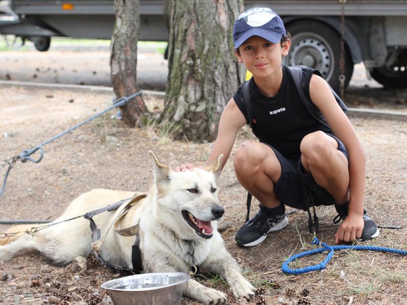 Enfant en cani rando avec son chien