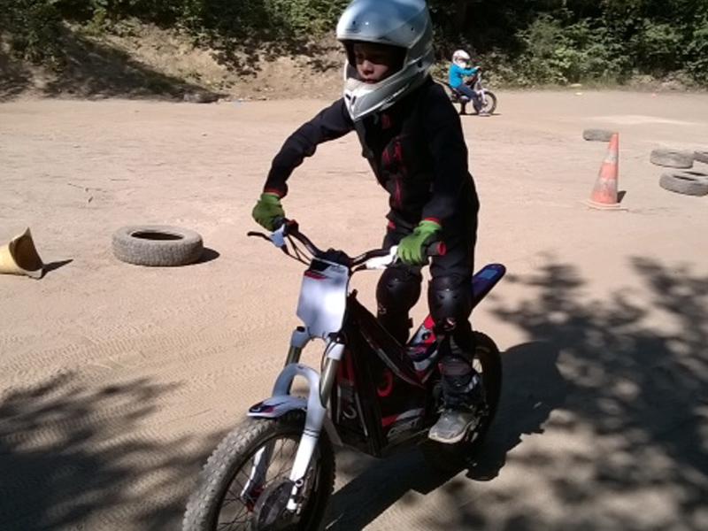 Enfant à moto en colo