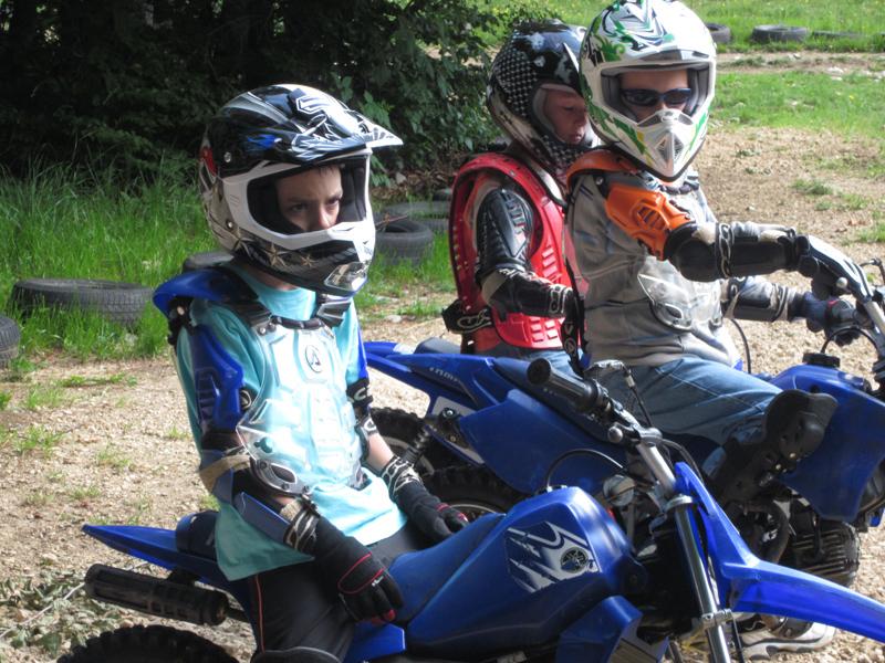 Groupe d'enfants sur une motocross