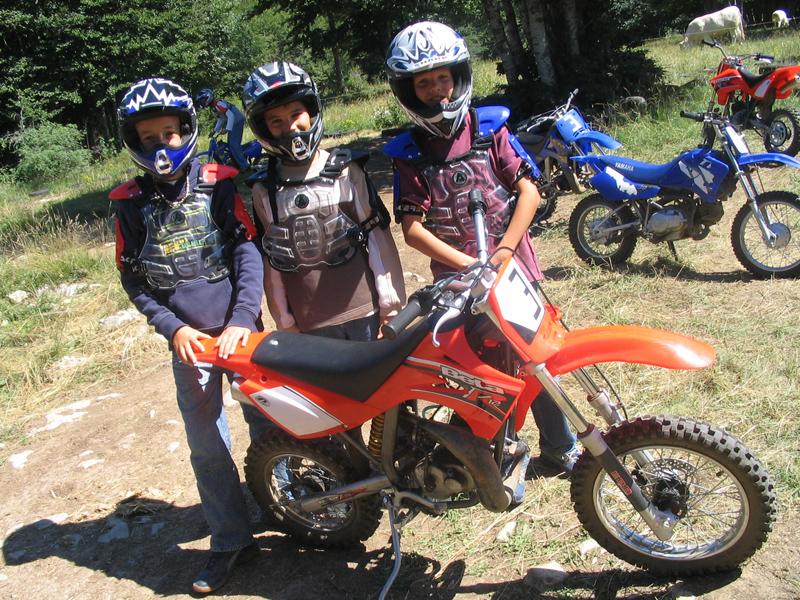 Enfants posant avec une moto