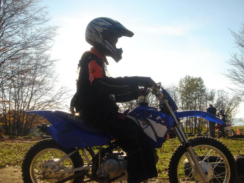 Enfant se baladant à moto en colo