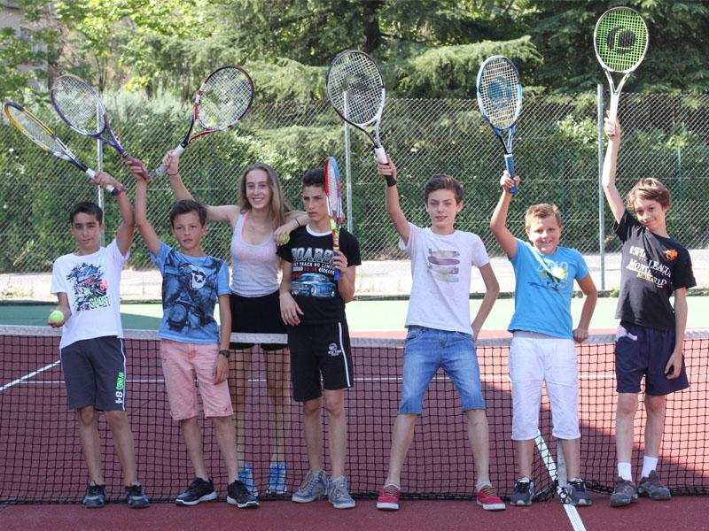 Groupe d'enfants jouant au tennis en colo