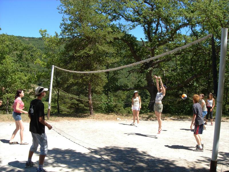 Enfants et ados jouant au volleyball en colo