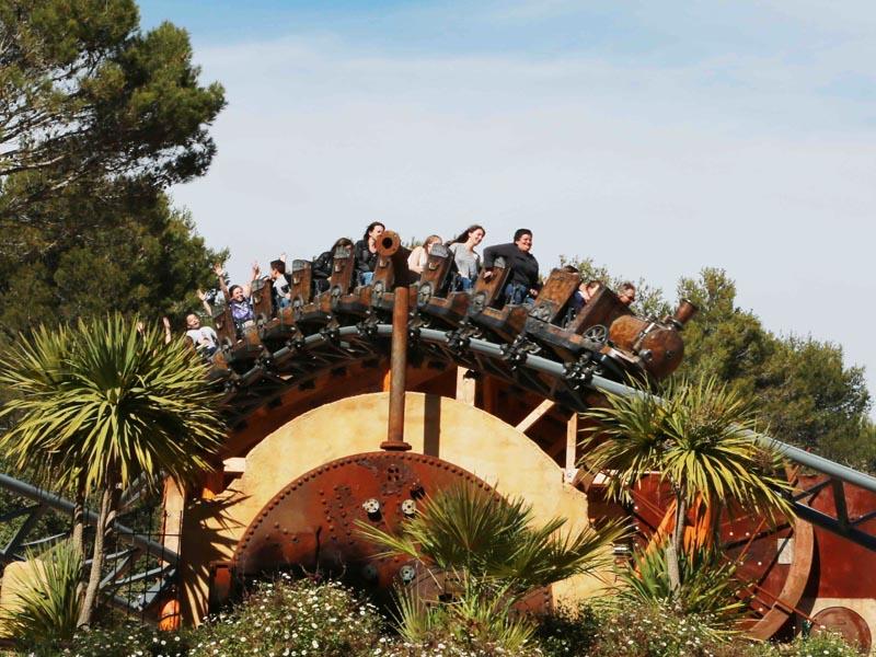 Enfants sur une attraction du parc OK corral