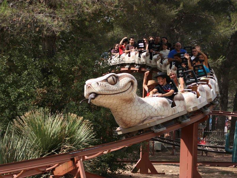 Enfants sur l'attraction du parc Ok corral au pradet en colo