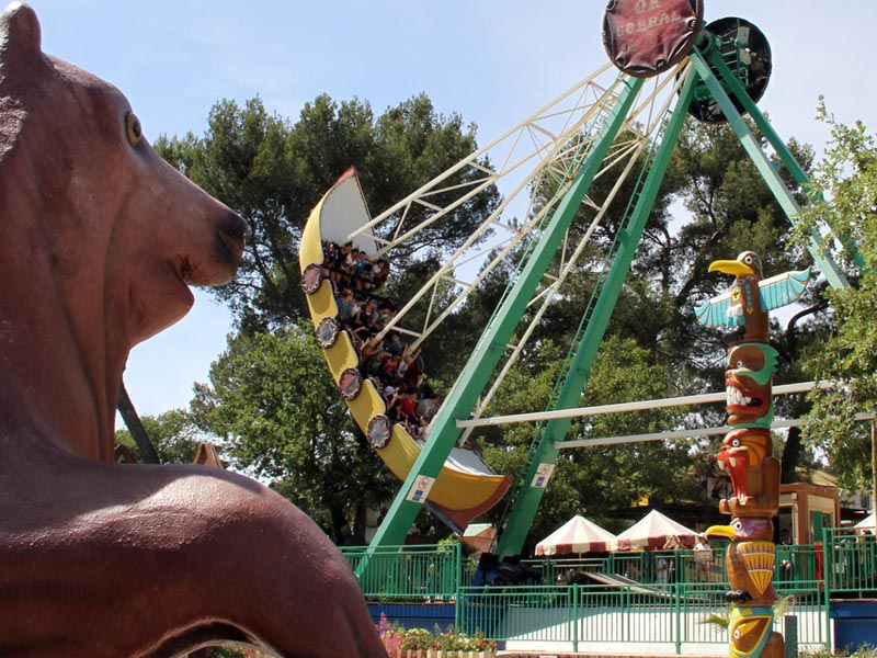 Enfants au parc d'attraction ok corral en colo