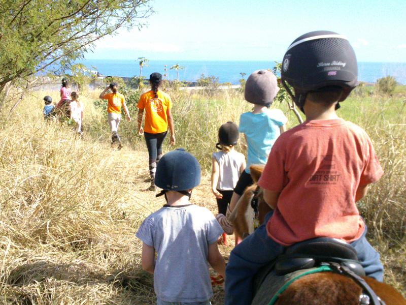 Enfants de 7 ans en randonnée à poney