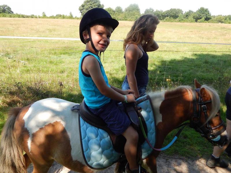 Enfant en balade à poney en colo