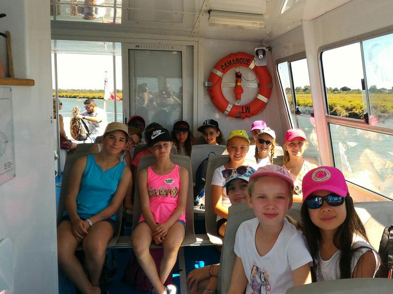 Groupe d'enfants sur un catamaran