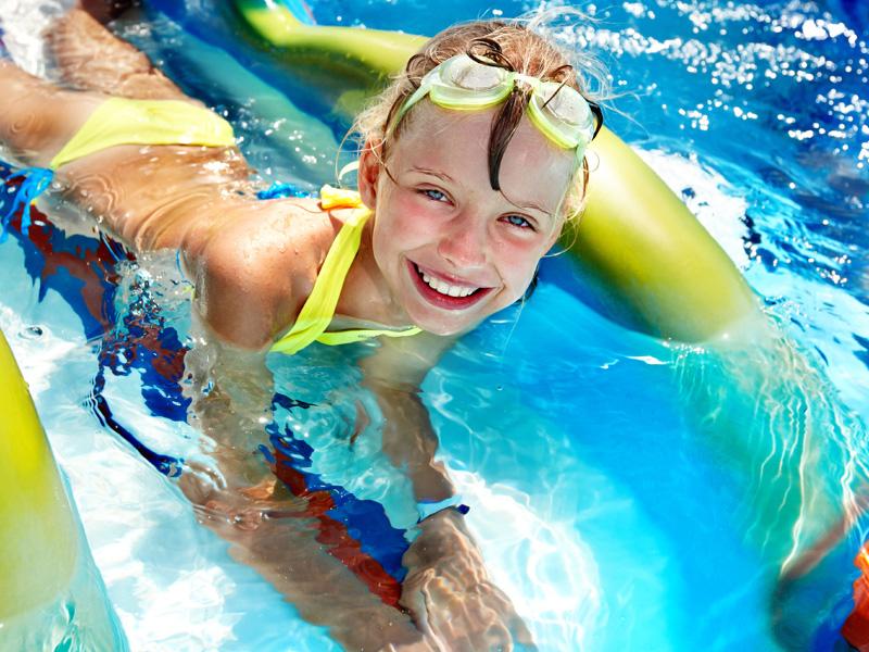 Enfant de 8 ans se baignant dans un parc aquatique