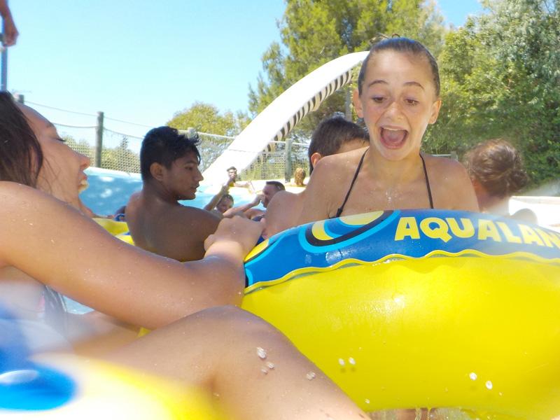 Enfants glissant sur des bouées à Aqualand