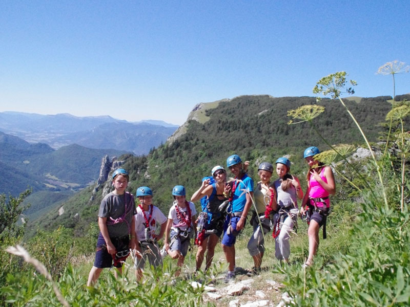 Groupe d'enfants pratiquant l'escalade en colonie de vacances