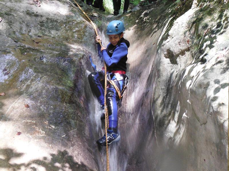 Enfants faisant du canyoning en colo