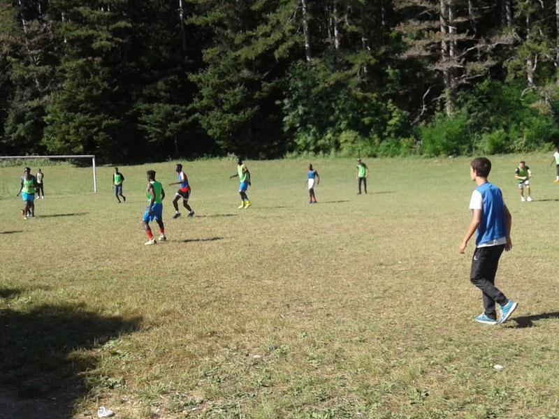 Groupe d'enfants jouant au football
