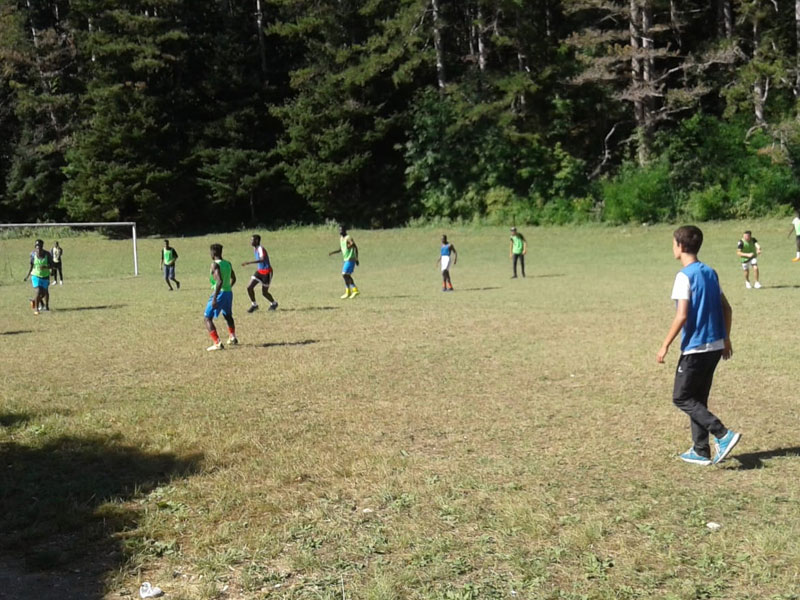 Enfants jouant au football en extérieur