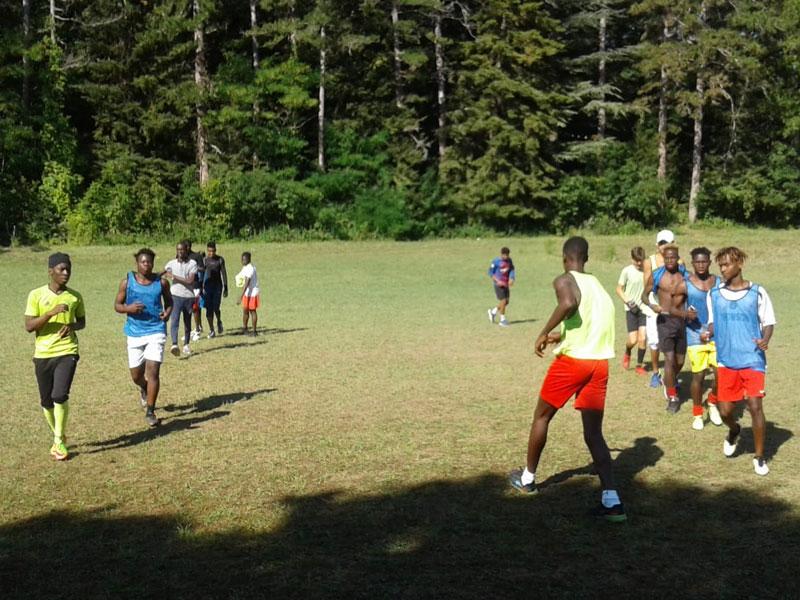 Groupe d'ados jouant au football en colonie de vacances