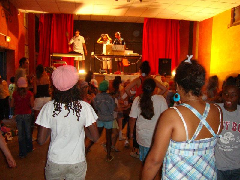 Enfants créant leur propre spectacle