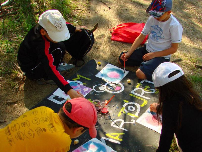 Enfants pratiquant des activités manuelles en colonie de vacances