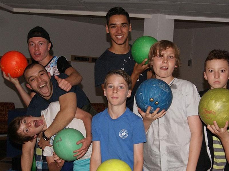 Groupe d'ados faisant du bowling en colo