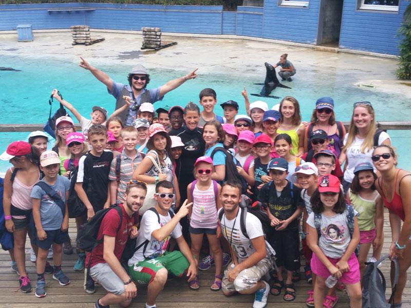 Groupe d'enfants en colonie de vacances en parc aquatique