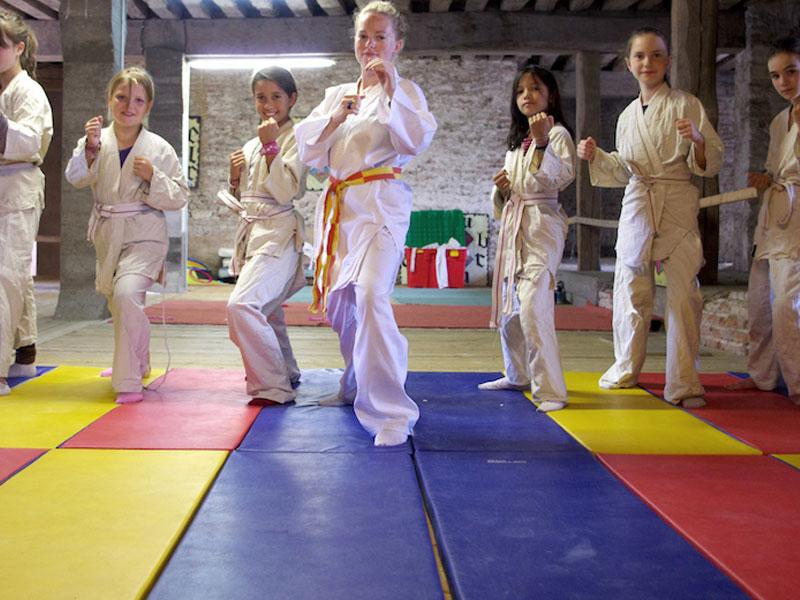 Enfant pratiquant le judo en colo