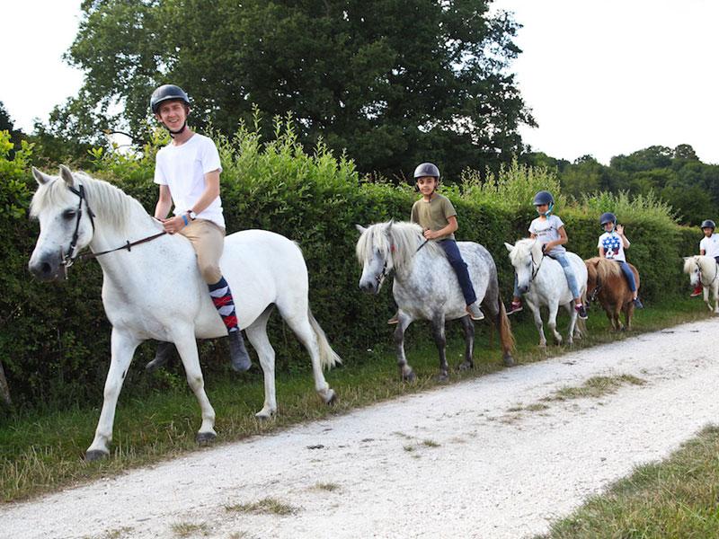 Enfants en balade à cheval en colo