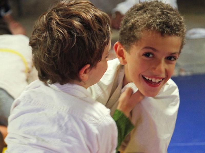 Enfants heureux de faire du judo en colo