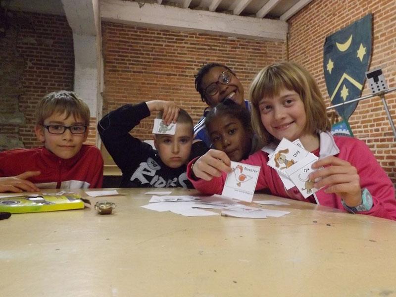 Enfants jouant aux jeux de société en colonie de vacances