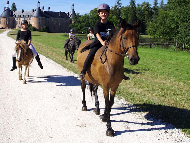 Enfants à cheval en colo au chateau de saint fargeau