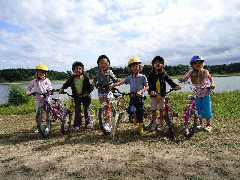 Groupe d'enfants à vélo en colonie de vacances