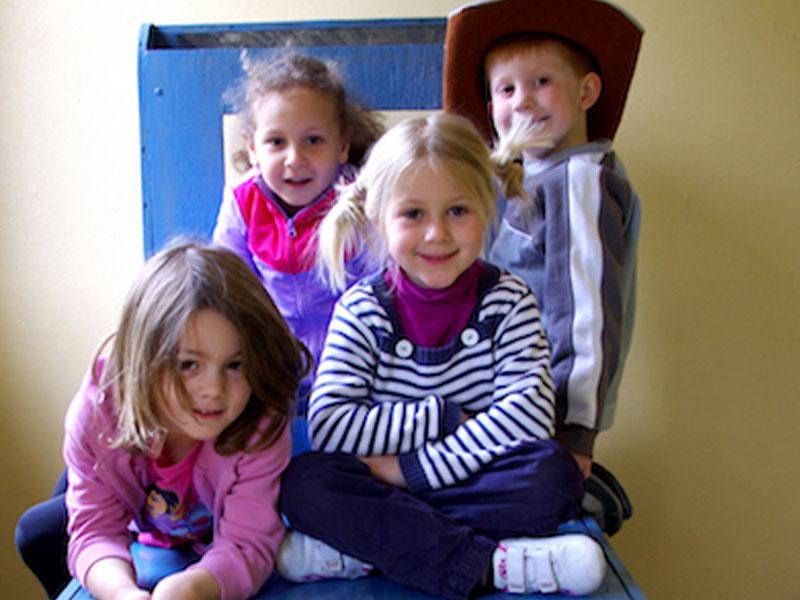Groupe d'enfants en colo à la campagne