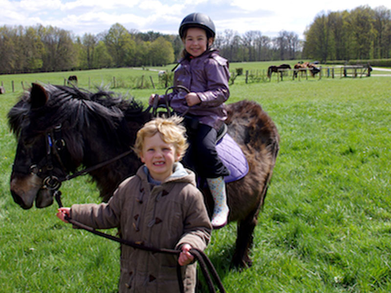 Enfant en balade avec son cheval