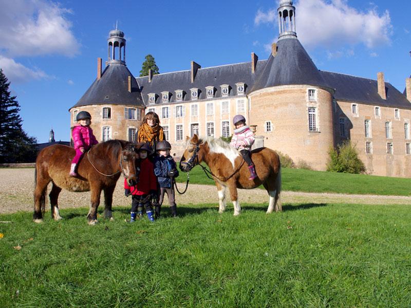 Enfants à poney en colo au chateau de Saint Fargeau