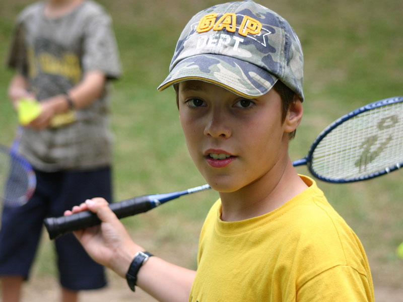 Portrait d'un enfant jouant au tennis