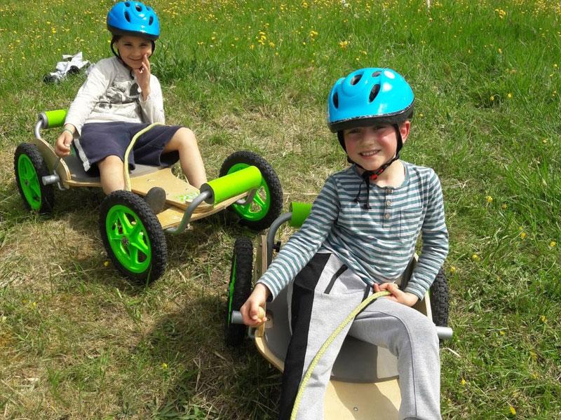 Enfants pratiquant la luge à roulettes