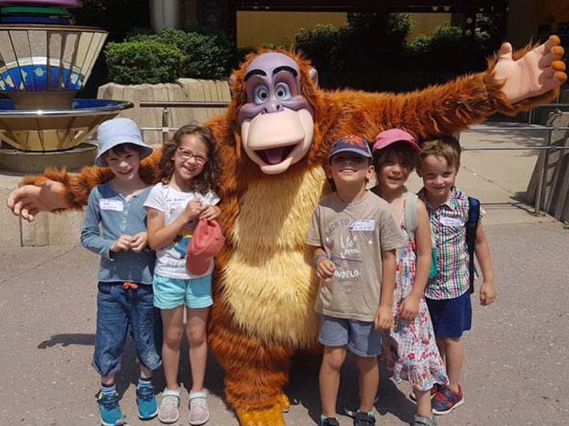 Enfants à Disneyland en colonie de vacances