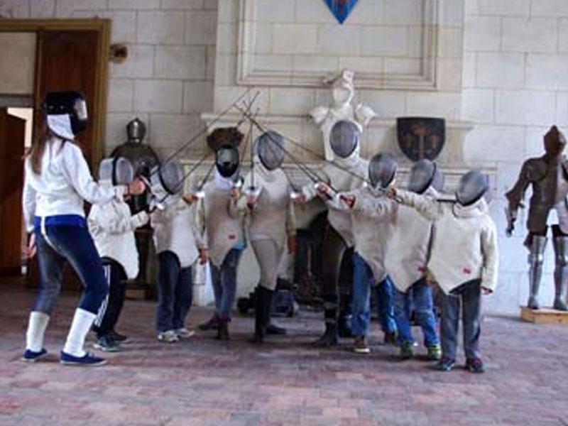 Groupe d'enfants apprenant l'escrime en colo