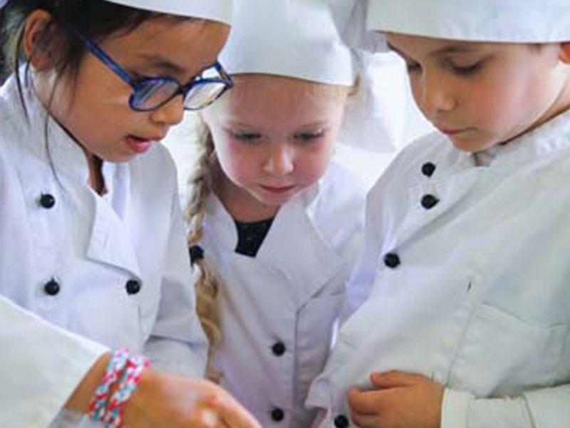 Enfants en atelier de cuisine en colonie de vacances