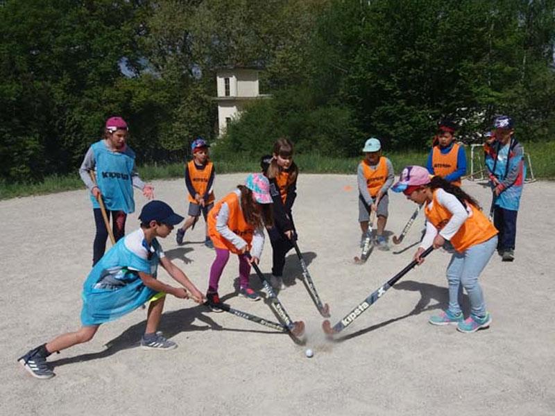 Groupe d'enfants pratiquant le hockey sur gazon