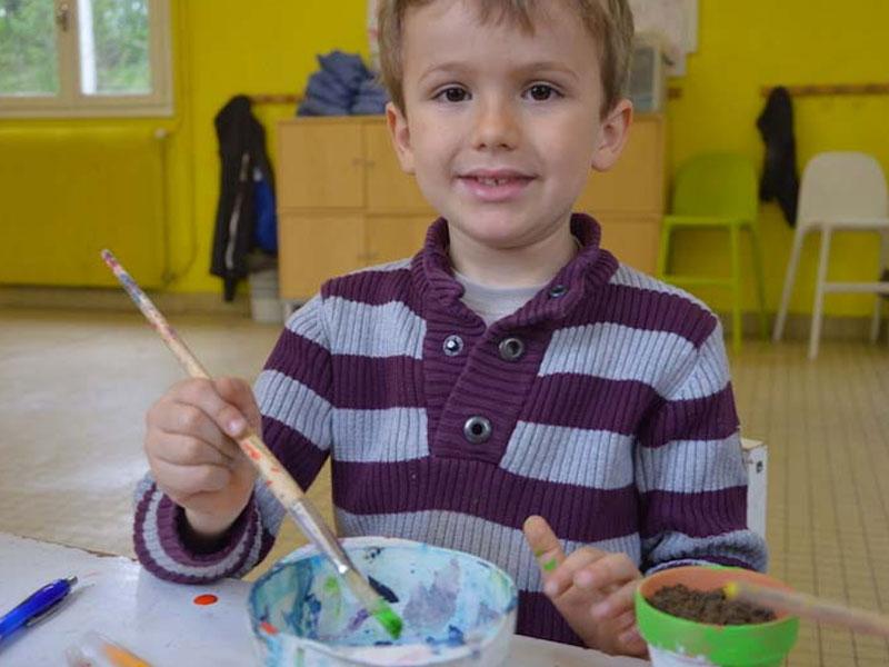 Enfant faisant de la peinture en colonie de vacances