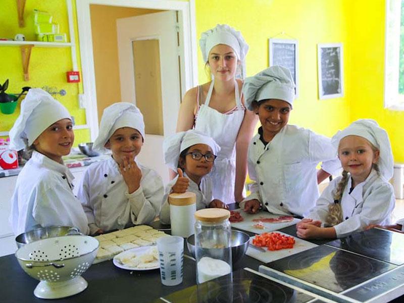 Enfants faisant de la cuisine en colo