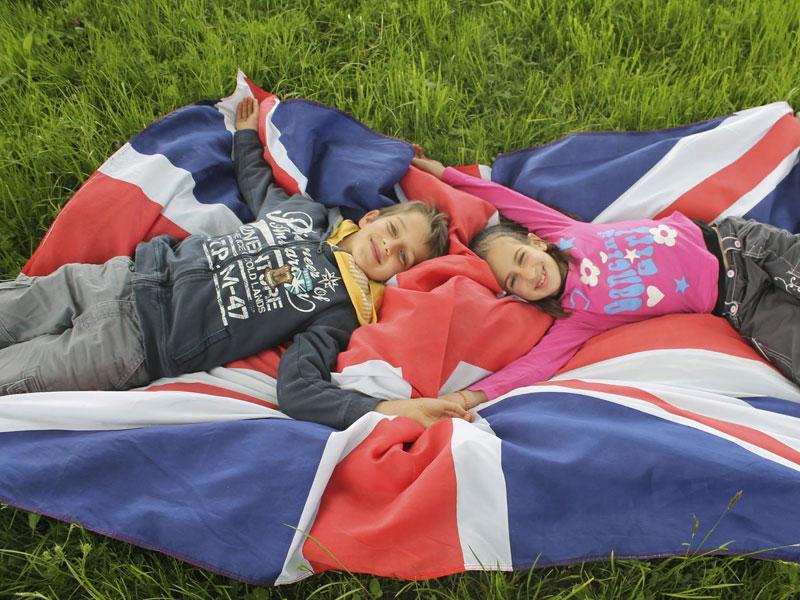 Enfants et le drapeaux de l'angleterre