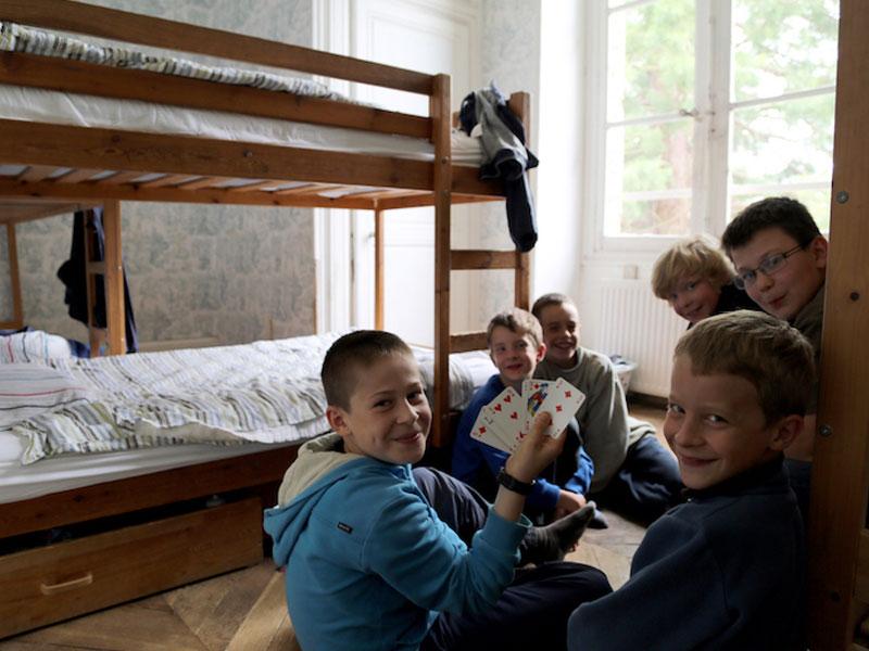 Enfants en dortoir de colonie de vacances