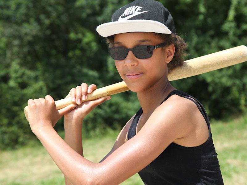 Adolescente pratiquant le baseball