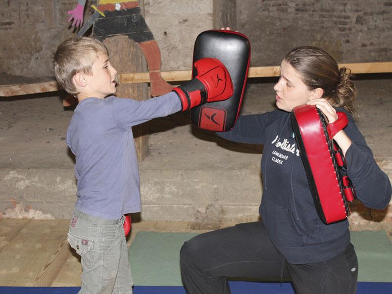 Enfants apprenant à faire de la boxe en colonie de vacances